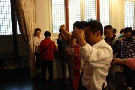 Forældre beder for deres børns akademiske succes i Kongfuzitemplet i Beijing
