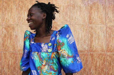 Rapperen Fasie her iført den traditionelle klædedragt gomesi. Foto af Lisbeth Kristine Olesen