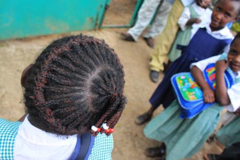En piges frisure på Shalom Foundation Nursery and Primary School i Kisoro. Foto af Lisbeth Kristine Olesen