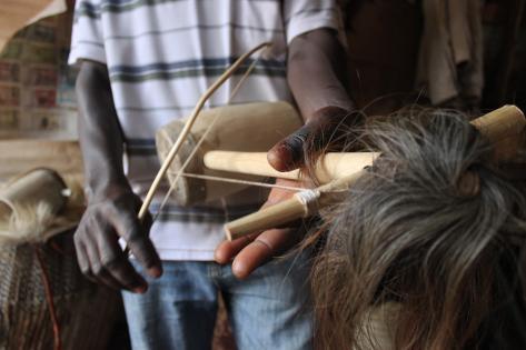 Der spilles på et traditionelt musikredskab, som minder om en violin. Foto af Lisbeth Kristine Olesen
